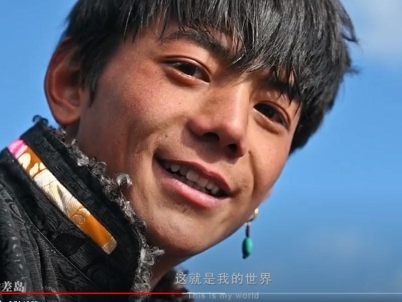 中國攝影師胡波20日在網路上傳一則四川省甘孜藏族自治州理塘縣宣傳影片,片中20歲藏族青年扎西丁真(圖)吸引許多網友關注,短短幾日間爆紅。(圖取自時差島YouTube頻道youtube.com)