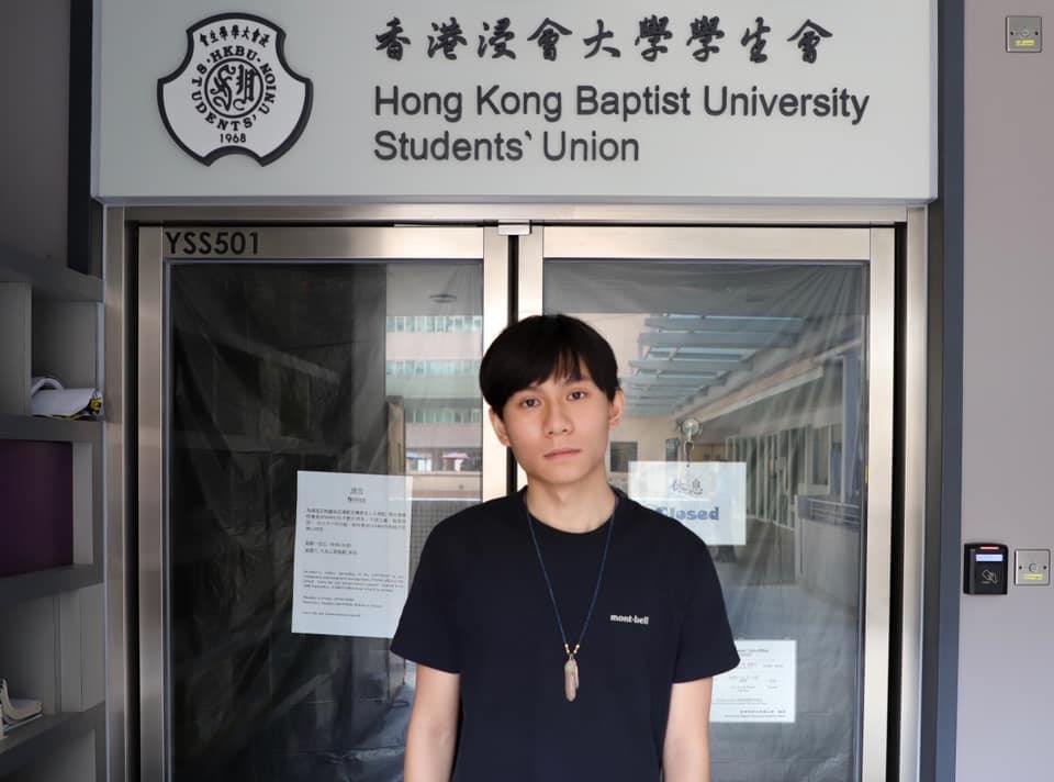港媒報導,香港浸會大學代理學生會長方仲賢2日清晨被警方拘捕,他被指涉嫌「在公眾地方管有攻擊性武器」等3罪,和在「反送中」抗爭期間購買雷射筆的案件有關。(圖取自facebook.com/busueb)
