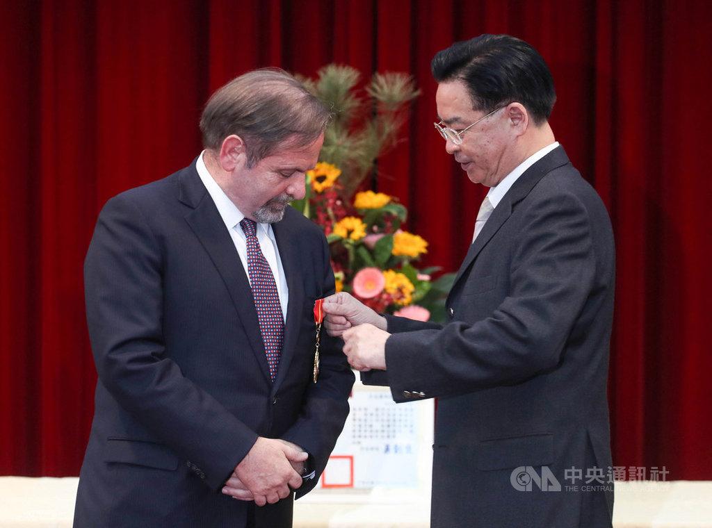 外交部3日在台北舉行歐洲在台商務協會理事長尹容(Giuseppe Izzo)(左)睦誼外交獎章頒贈典禮,外交部長吳釗燮(右)親手為尹容別上獎章。中央社記者裴禛攝  109年12月3日