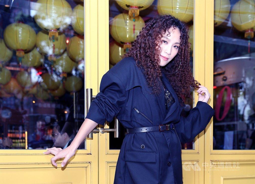 歌手呂薔推出新EP「你是不是誤會什麼」,除了拆下牙套,也燙起蓬鬆捲髮並曬黑膚色,希望打破外界對她「很會唱但沒特色」的既定印象。(avex taiwan提供)中央社記者王心妤傳真  109年12月3日