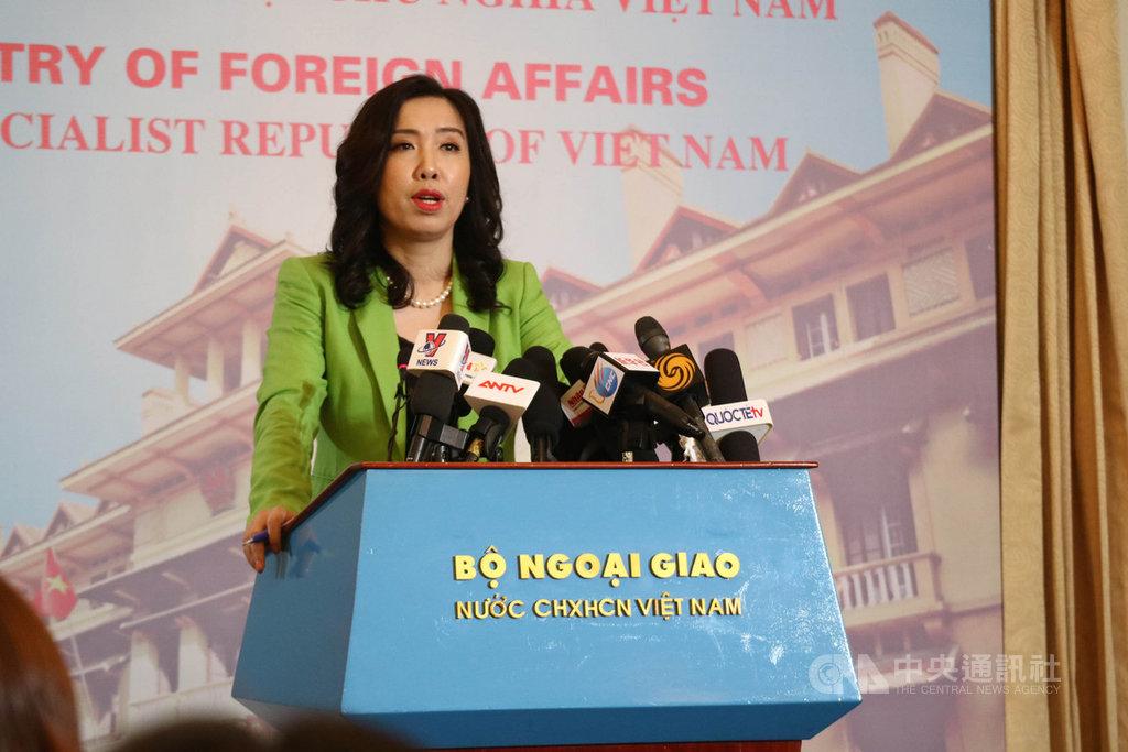 面對旅客在疫情期間入境越南被收取「咖啡錢」,越南外交部發言人黎氏秋姮3日在例行記者會上發出譴責,並稱這些行為將依法受到嚴懲。中央社記者陳家倫河內攝  109年12月3日