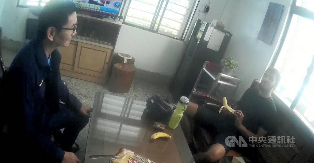 一名來自以色列的男子丹丹(右),日前獨自從東河鄉騎自行車到富里鄉,途中因飲水喝完,而沿途幾乎都是山區,看不到住家,在口渴難耐、疲憊不堪時,碰上員警熱情協助。(花蓮縣警察局提供)中央社記者李先鳳傳真  109年12月3日