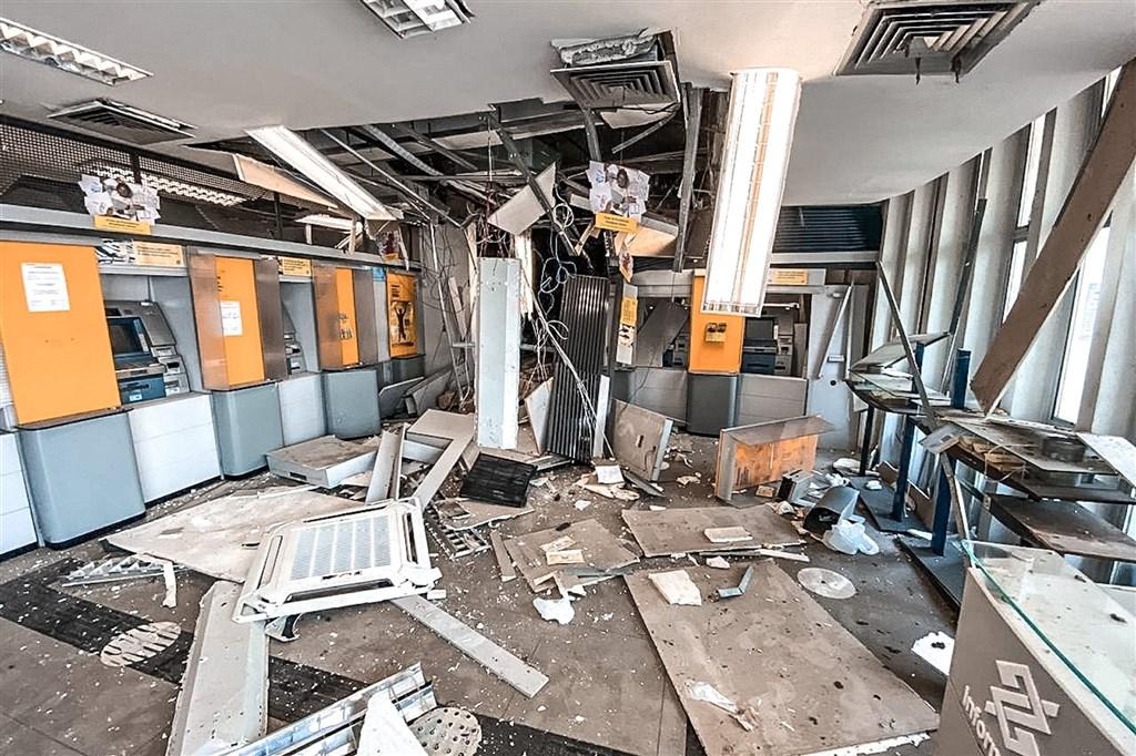 巴西北部巴拉州卡梅塔市一家巴西銀行分行2日凌晨發生搶案,搶匪集團雖弄錯保險箱位置,未搶劫得逞,但也造成一名人質死亡。(圖取自twitter.com/helderbarbalho)
