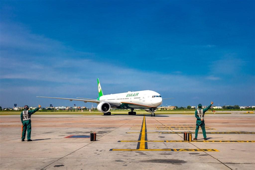 根據長榮航空內部懲戒通知,有3名空姐在居家檢疫期間外出,已先後祭出免職處分。(圖取自facebook.com/evaairwayscorp.tw)