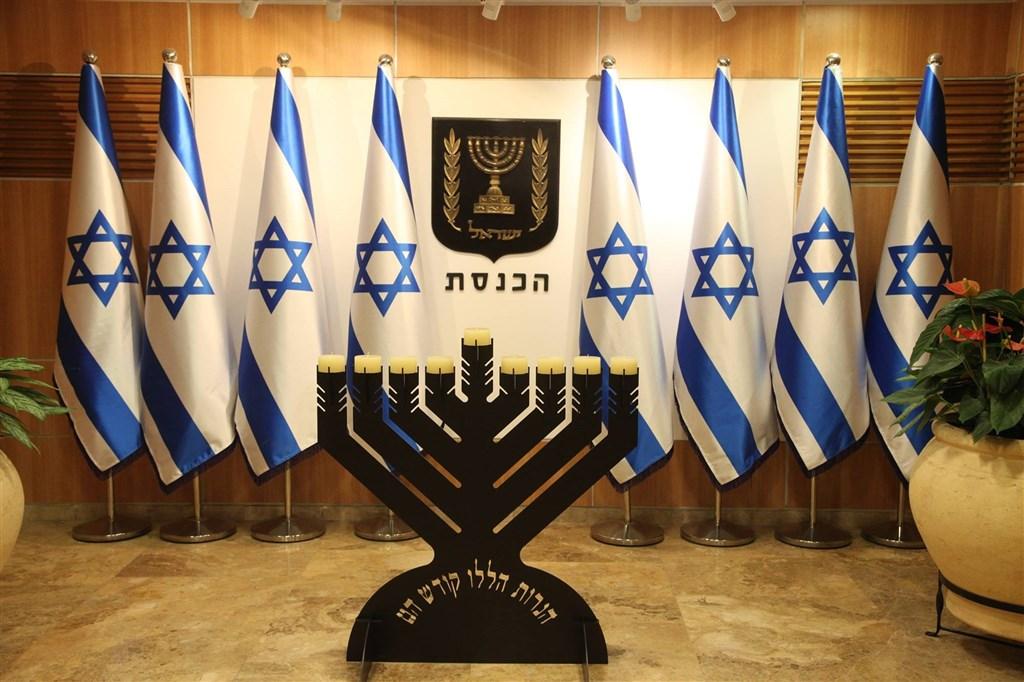 以色列國會議員2日初步同意一項解散國會的法案,岌岌可危的聯合政府正式走向瓦解的第一步。圖為以色列議會。(圖取自facebook.com/TheKnesset)