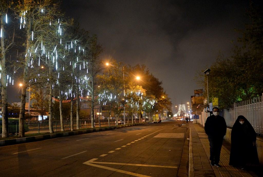 伊朗境內武漢肺炎確診病例3日已超過100萬人。圖為德黑蘭11月22日晚間實施車輛宵禁,街頭空蕩只見行人。(安納杜魯新聞社)