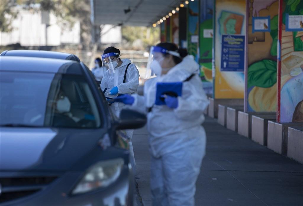 美國武漢肺炎單日確診病例2日首度突破20萬例,住院人數也破10萬人。圖為舊金山得來速核酸檢測站。(中新社)