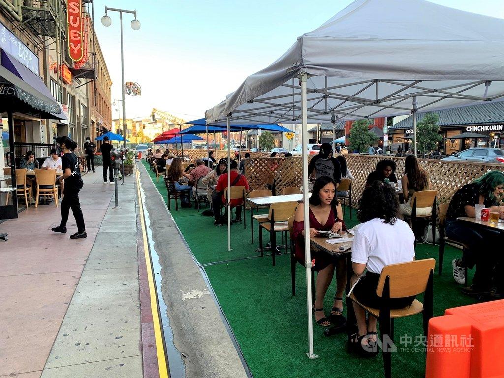 疫情期間,洛杉磯餐廳在人行道和車道上搭棚子做為戶外用餐區,隨著12月疫情惡化,洛杉磯郡要求餐廳只限外帶、外送。照片攝於9月。中央社記者林宏翰洛杉磯攝  109年12月4日