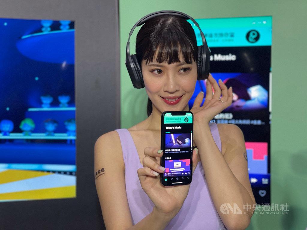 通訊軟體LINE 4日宣布攜手中華電信推出LINE MUSIC鈴聲答鈴方案,用戶可從LINE MUSIC的1800萬曲庫中,設定LINE鈴聲、來電答鈴或LINE個人背景音樂。中央社記者吳家豪攝  109年12月4日