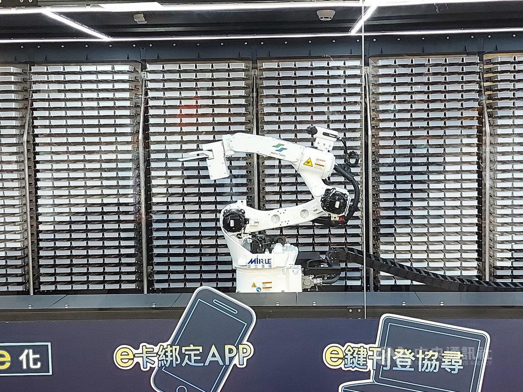台北捷運公司為提升遺失物管理效能及簡化協尋程序,國內軌道業第一座機械智能手臂「阿姆斯壯」(ArmStrong)4日首度公開亮相。(台北捷運提供)中央社記者陳怡璇傳真 109年12月4日