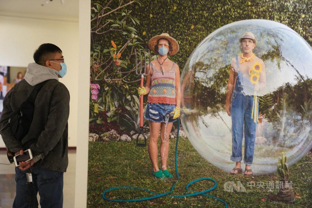 2020台北國際攝影節4日在台北中正紀念堂一展廳登場,展覽以「生活的可能」為主題,吸引民眾賞析展出作品。中央社記者徐肇昌攝 109年12月4日
