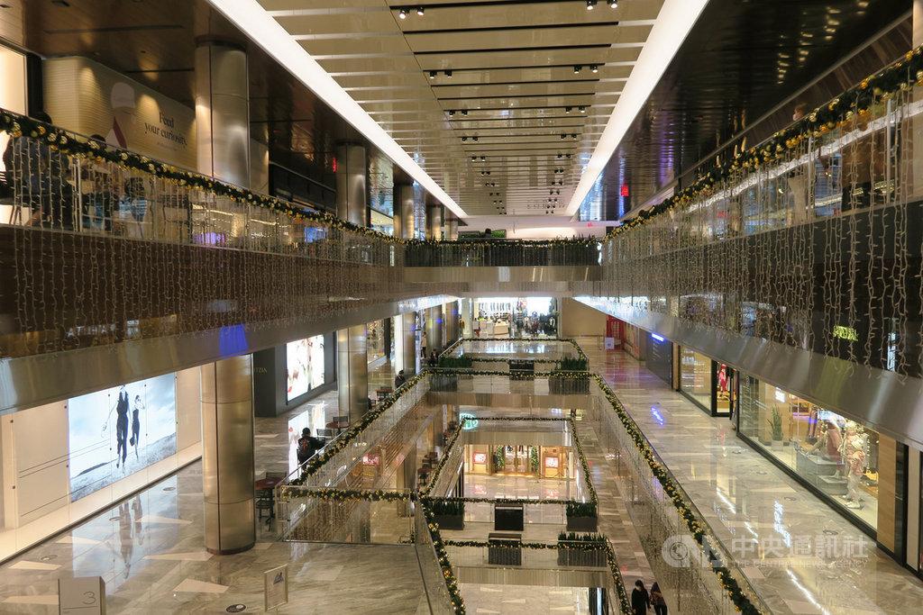 隨著2019冠狀病毒疾病疫情復燃,美國11月就業復甦明顯放慢,零售業就業成長多月後再陷衰退。圖為紐約哈德遜廣場購物中心11月9日景象。中央社記者尹俊傑新澤西攝 109年12月4日