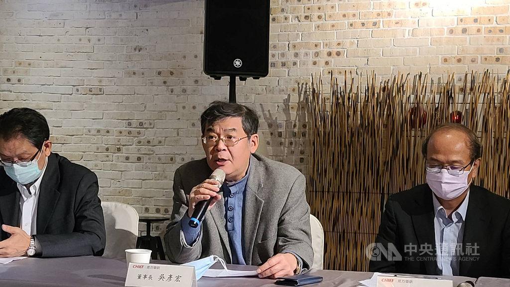 是方電訊董事長吳彥宏(中)表示,雲端服務成長快速,帶動毛利率逐年攀升。雲端的占比會持續變大,從1% 以內逐年成長,看好明年將達14%、15%的水準。中央社記者江明晏攝 109年12月4日