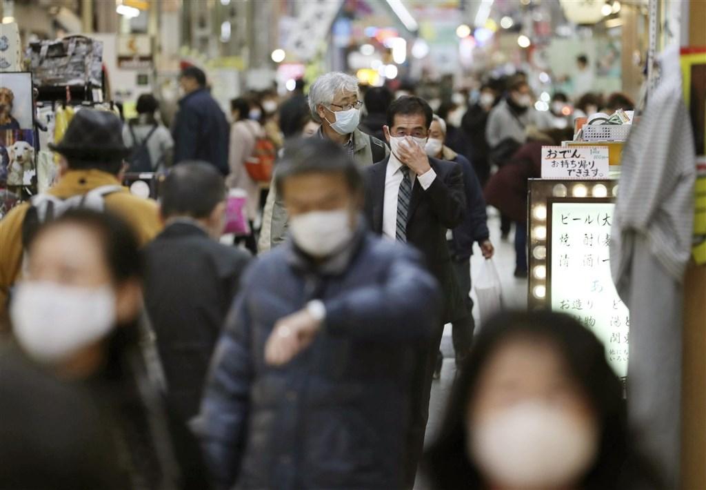 武漢肺炎疫情流行,全球死亡人數破150萬。日本大阪模式亮紅燈,呼籲民眾盡可能勿外出。圖為大阪市商店街人潮。(共同社)