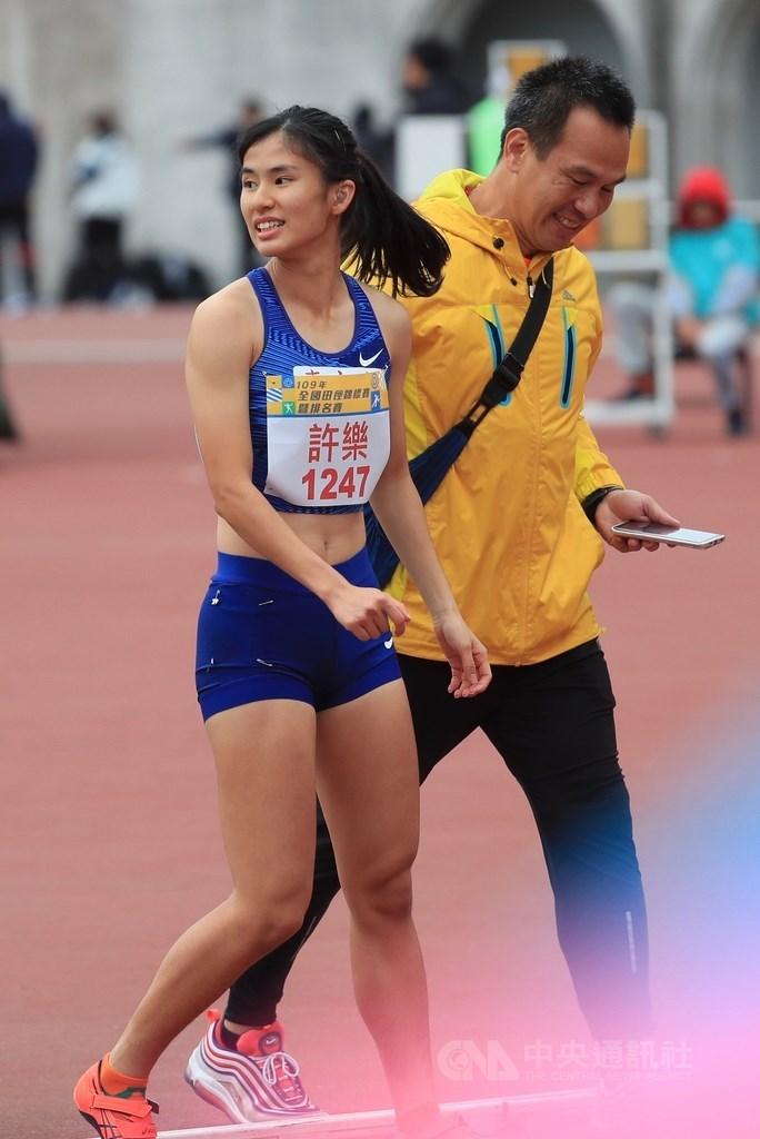 109全國田徑錦標賽暨排名賽4日在板橋舉行,台灣田徑選手許樂(左)在女子100公尺跨欄項目以13秒19奪得金牌。右為教練簡慶宏。中央社記者吳家昇攝 109年12月4日