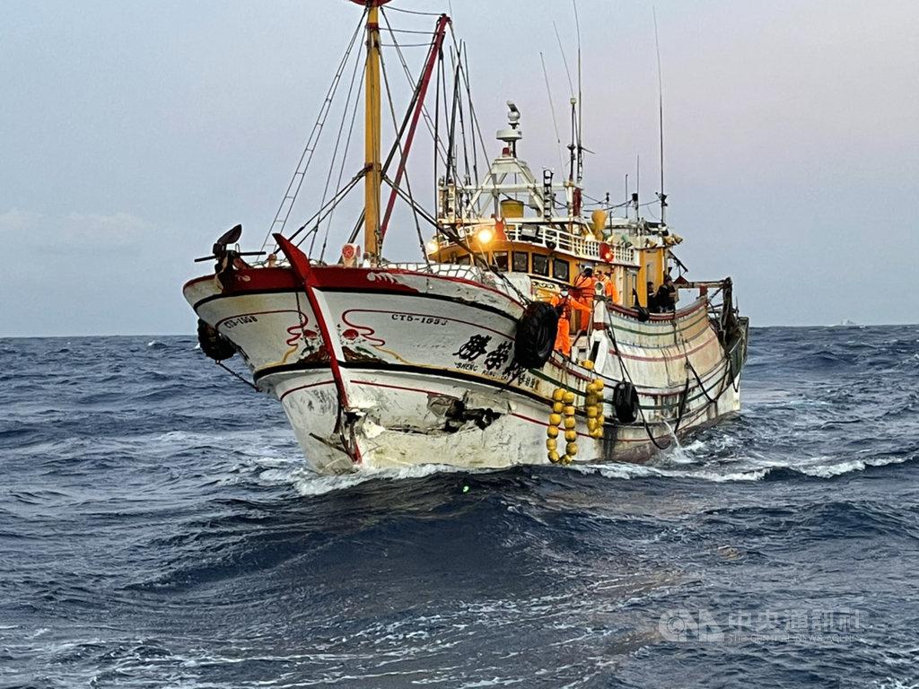 高雄籍漁船「勝榮財36號」(圖)在台南外海與巴拿馬貨輪擦撞,造成漁船破損。交通部航港局5日表示,立即啟動海事調查程序,並將貨船列為黑名單,已聯繫貨輪船東處理索賠。(航港局提供)中央社記者侯文婷傳真  109年12月5日