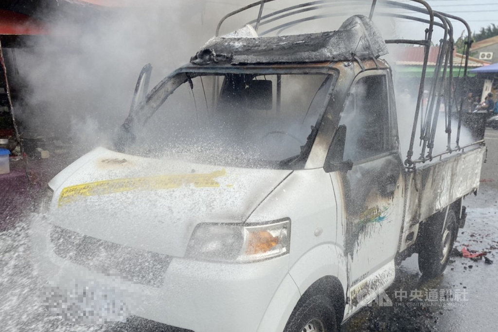 台南市白河區一輛在廟會施放煙火的小貨車5日上午起火燃燒,消防人員趕往把火勢撲滅後,在小貨車車斗上發現一具焦屍。(讀者提供)中央社記者楊思瑞台南傳真 109年12月5日