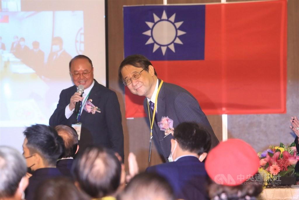 2020高座台日交流大會5日下午在台北市北投區舉行,日本駐台代表泉裕泰(右)出席,向與會來賓鞠躬致意。中央社記者吳家昇攝 109年12月5日