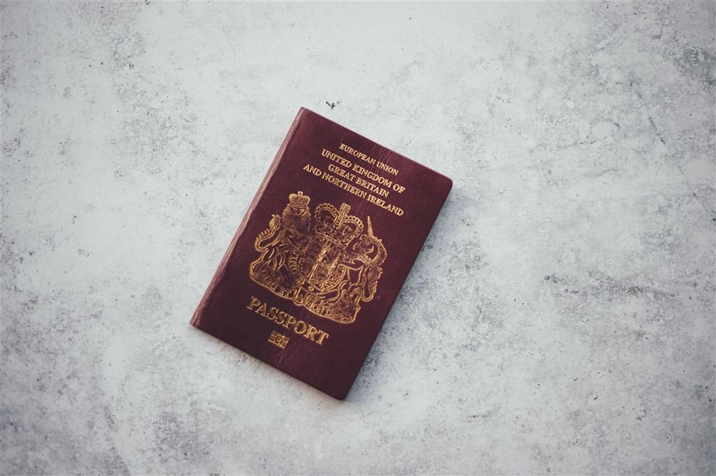 單單在10月,英國護照辦公室就核發5萬9798本護照給香港人,比去年同期增加52%,也是護照辦公室於2015年開始彙編資料以來最多的單月數字。(圖取自Unsplash圖庫)