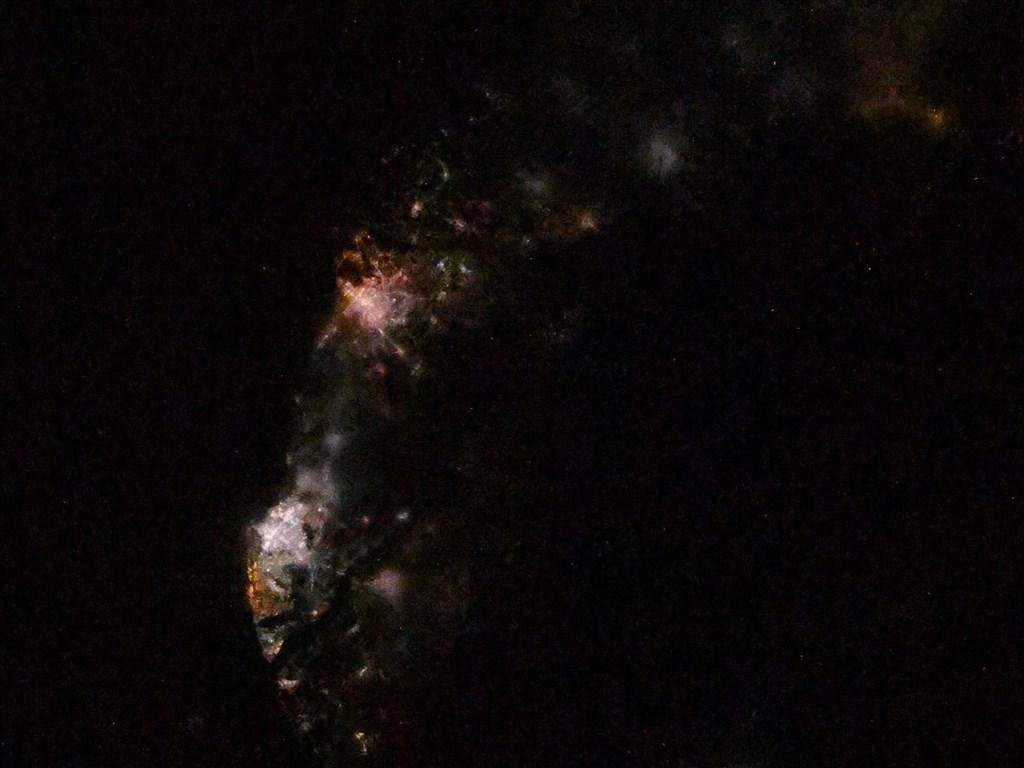 日籍太空人野口聰一4日在推特貼出一張從國際太空站拍攝的「高雄和台南夜景照」,引發不少網友迴響。(圖取自twitter.com/Astro_Soichi)