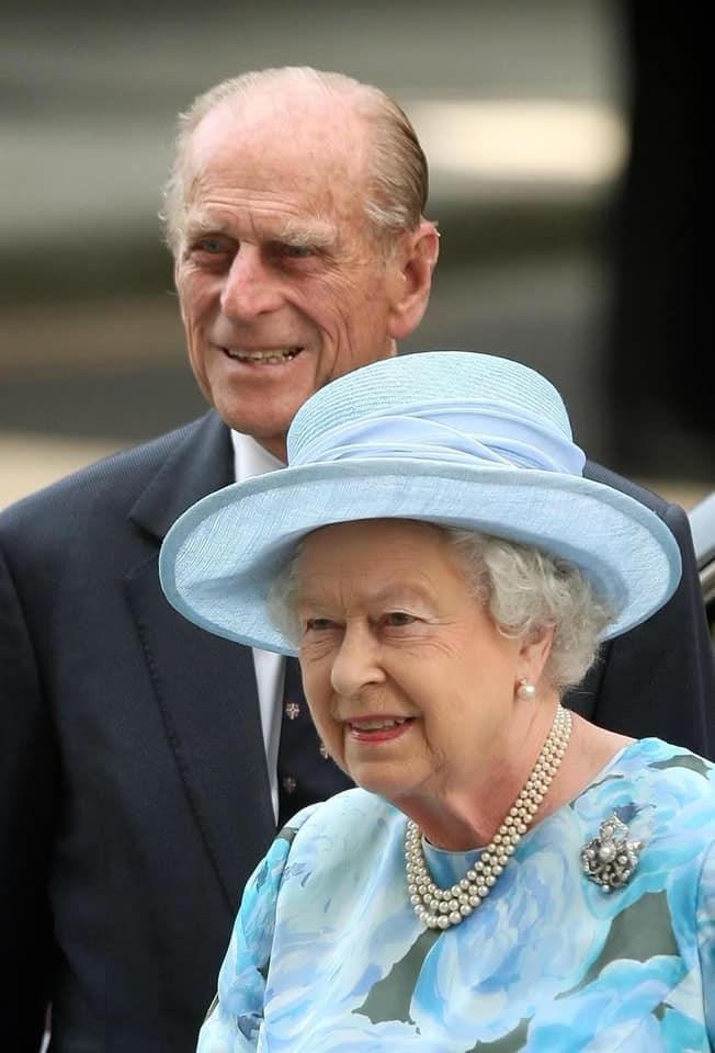 白金漢宮9日表示,94歲的英國女王伊麗莎白二世(前)和99歲丈夫菲立普親王(後)已接種武漢肺炎疫苗。(圖取自facebook.com/TheBritishMonarchy)