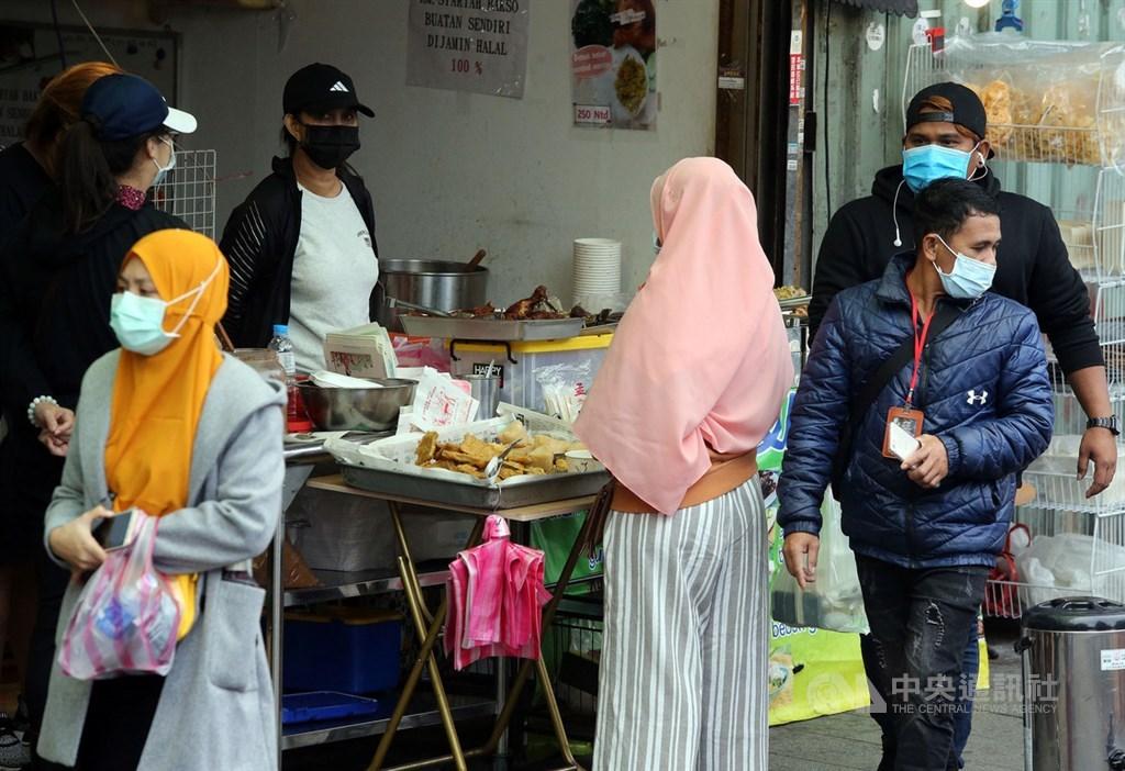 一名印尼籍移工(案688)11月中來台,自主健康管理期間自費採檢確診武漢肺炎,指揮中心意外發現,個案在宿舍與47名移工被迫擠在同一空間且共用衛浴,恐成防疫破口。圖為印尼移工常去的餐館與小吃店人潮變少,行人都戴上口罩。(中央社檔案照片)