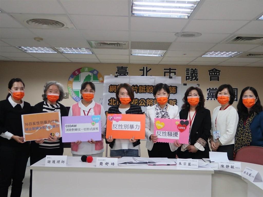 北市議員簡舒培(左)9日與謝姓護理師及護理師護士公會全國聯合會、台灣護理學會及多名護理師在市議會開記者會,呼籲北市府撤回上訴。(圖取自facebook.com/NurseOrgTw)