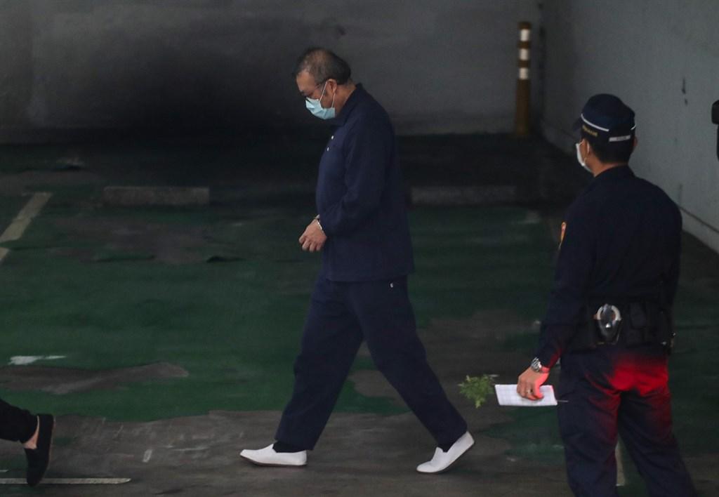 立委蘇震清被控涉收賄,日前遭檢方起訴。圖為台北地方法院11月20日提訊在押的蘇震清(左)。(中央社檔案照片)