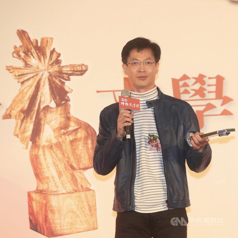 由旺旺中時媒體集團與中國時報人間副刊主辦的第41屆時報文學獎,12日在台北舉行頒獎典禮,醫師江洽榮獲得影視小說組首獎。中央社記者吳家昇攝 109年12月12日