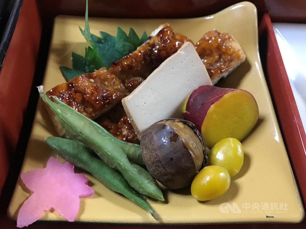 日本寺院的精進料理(素食)餐不便宜,有的午餐一個套餐約新台幣800元。圖為高尾山一家寺院素食餐狀似烤鰻的素肉。中央社記者楊明珠東京攝 109年12月13日