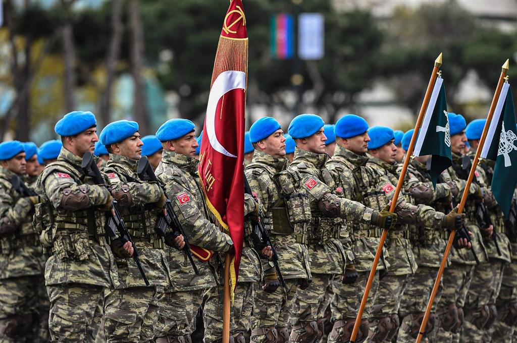 土耳其和亞塞拜然在納卡地區衝突中對亞美尼亞取得軍事勝利,打造出對土耳其有利的地緣政治轉變。圖為土耳其軍隊參加亞塞拜然舉行的勝利遊行。(圖取自facebook.com/PresidentIlhamAliyev)