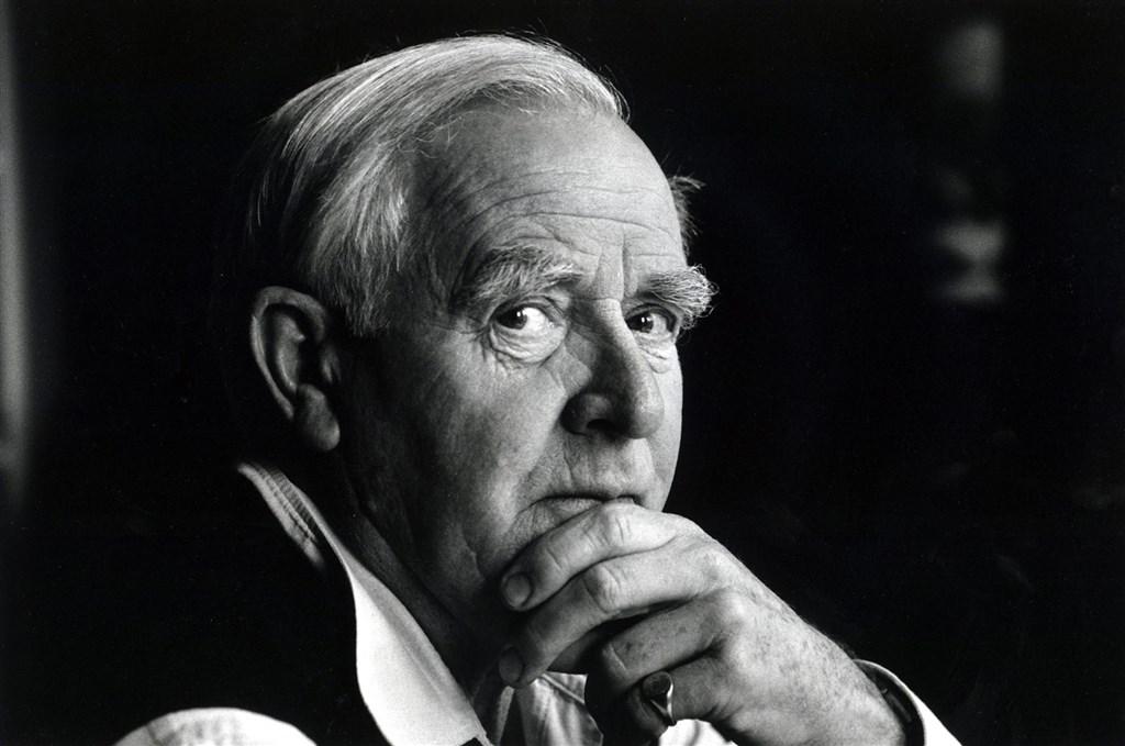 二十世紀諜報小說大師約翰.勒卡雷過世,享壽89歲,著有「諜影行動」、「冷戰諜魂」等知名著作。(圖取自facebook.com/johnlecarreofficial)