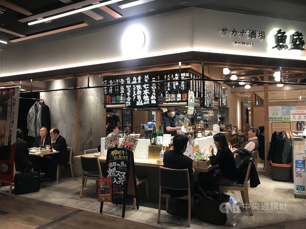 日本武漢肺炎疫情升溫,東京都政府14日決定原本實施至17日為止的餐飲店提早打烊措施延至明年1月11日。配合的店家可獲100萬日圓(約新台幣28萬元)。中央社記者楊明珠東京攝  109年12月15日