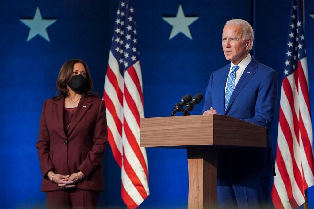 全美50州及哥倫比亞特區選舉人團14日進行投票,正式選出民主黨籍拜登(右)為美國下任總統。圖為拜登與副手賀錦麗(左)。(圖取自facebook.com/joebiden)