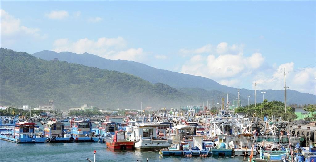 消保處針對5大觀光漁港25家餐廳進行4大類稽查,生魚片18家有賣,14家、近8成衛生不合格。圖為宜蘭烏石港。(中央社檔案照片)