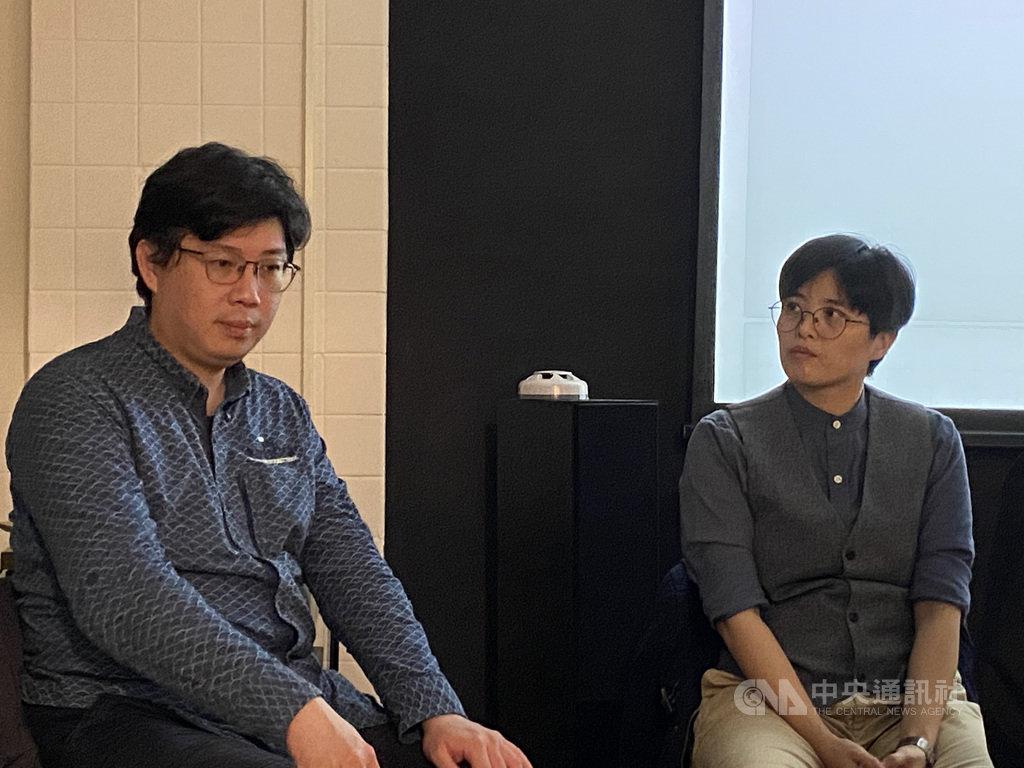 作家瀟湘神(左)新作「殖民地之旅」發表會17日舉行,他現場與好友作家楊双子(右)對談,跟聽眾分享寫作心路歷程與方法。中央社記者陳秉弘攝 109年12月17日