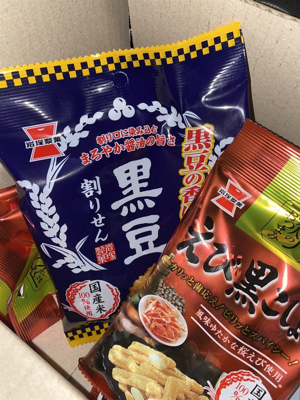 日本新潟18日一場大雪讓約千名駕駛人受困高速公路,有民眾收到製菓公司分送的煎餅,在推特上發文感謝。(圖取自twitter.com/7qqErHxyYS0uEz2)