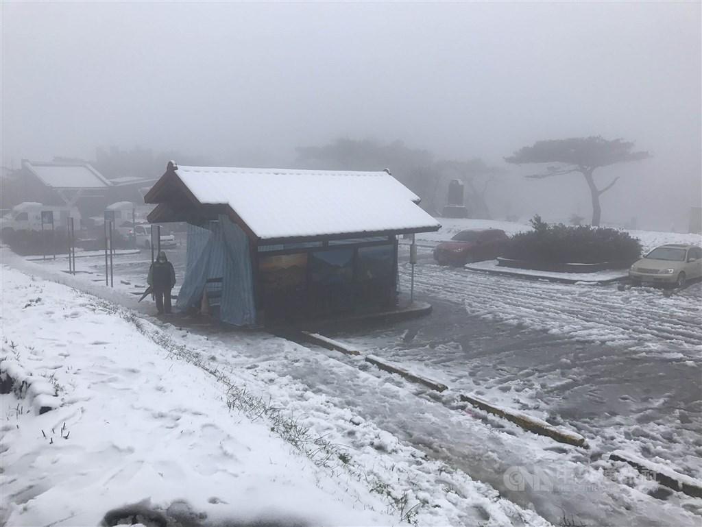 中央氣象局表示,21日高山有機會看到入冬以來的第一波下雪。圖為2018年陽明山二子坪停車場雪白一片。(中央社檔案照片)