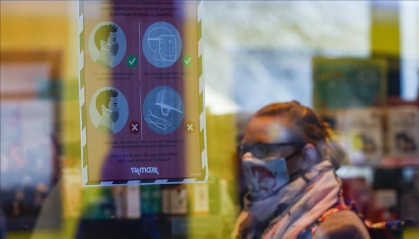 截至台灣時間17日晚間11時,法新社統計,歐洲成為全球第一個武漢肺炎死亡人數突破50萬的地區。圖為柏林民眾戴口罩購物。(安納杜魯新聞社)
