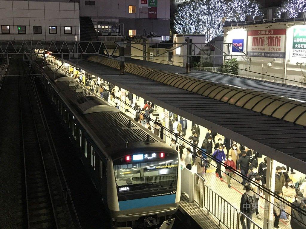 為避免武漢肺炎疫情擴大,日本JR東日本等首都圈5家鐵路公司18日宣布,預定12月31日除夕的電車通宵營運及明年元旦的臨時增班都取消。圖為東京JR五反田站11 月15日的情形。中央社記者楊明珠東京攝 109年12月19日