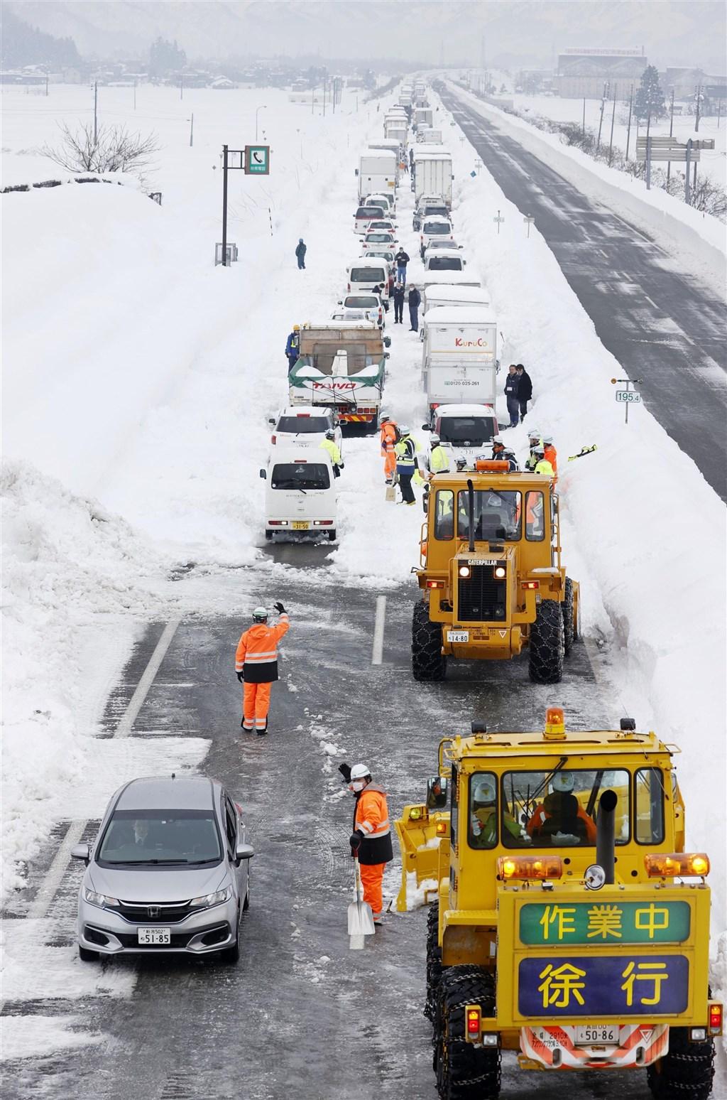 過去幾天一度有約2100輛汽車受困的日本關越自動車道,相關單位協助除雪讓所有車輛脫困後,19日已重新開放部分路段通行。(共同社)
