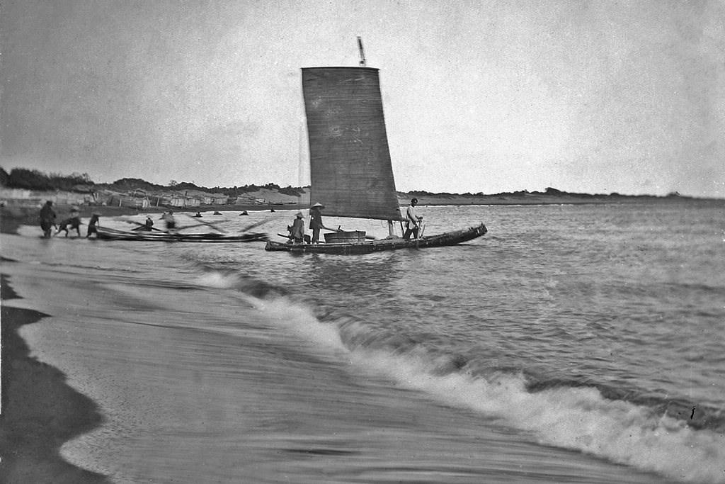 竹筏。圖為現今的旗津海水浴場,當年湯姆生搭乘這樣的竹筏上岸。(圖片提供:Courtesy of Wellcome Library and Michael Gray)