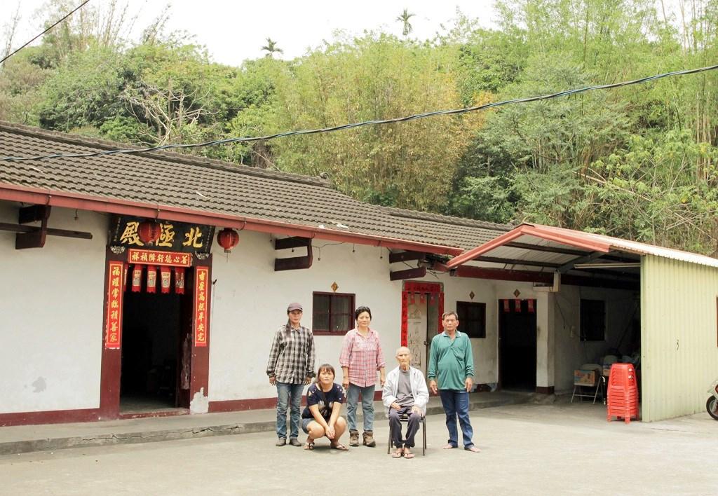 游永福從湯姆生的老照片比對,找到了黃(Hong)家後代。(圖片提供:游永福)