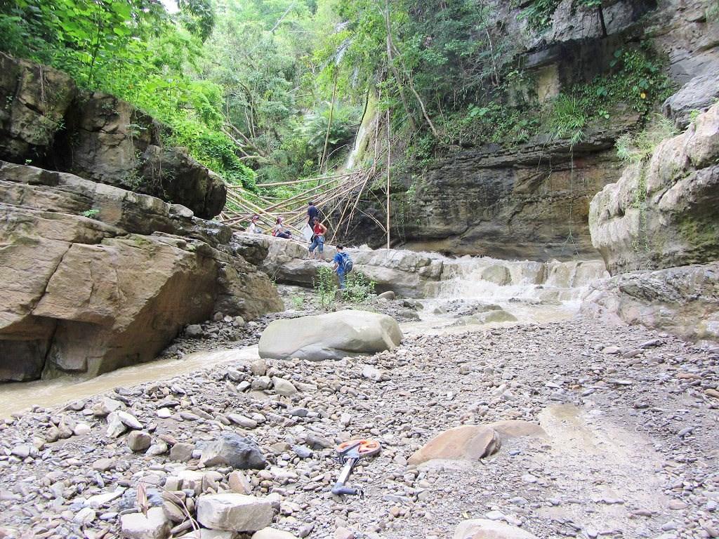 游永福2013年找到湯姆生照片裡的白雲仙谷,但瀑布卻只有半個樓層高度。(圖片提供:游永福)