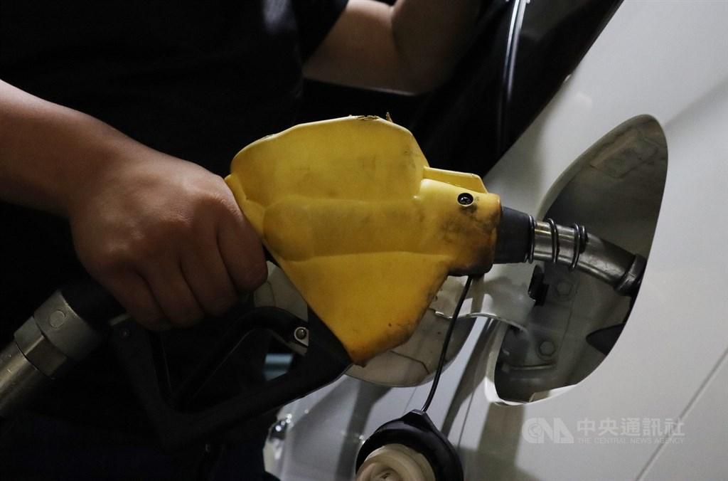 台灣中油表示,21日凌晨零時起,汽、柴油各調漲新台幣0.5元。(中央社檔案照片)