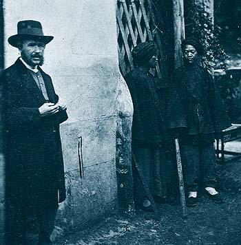 1871年,約翰·湯姆生(左)在中國廈門遇見同為蘇格蘭人的馬雅各醫生,在馬雅各邀約下,湯姆生意外搭船來到福爾摩沙。(圖片來源:維基百科)