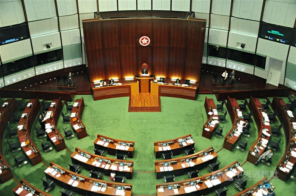 香港當局準備修訂宣誓條例,將區議員納入公職人員宣誓名單中;條例一旦通過,現任區議員就須宣誓,若有違誓,將被取消議席。圖為香港立法會會場。(中央社檔案照片)