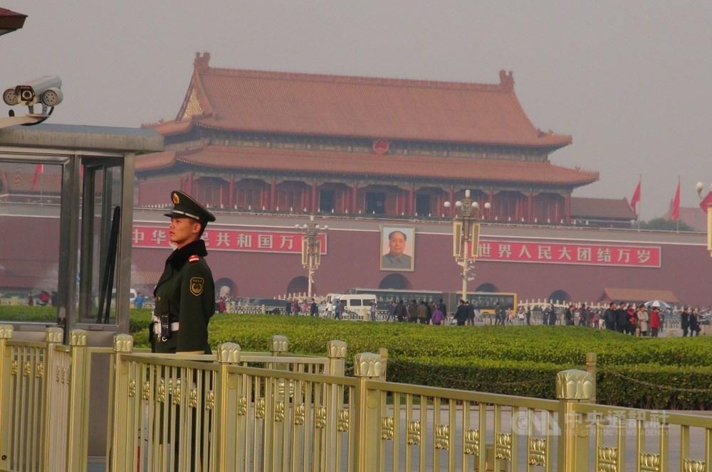 美國國務卿蓬佩奧9日宣布解除美台交往限制,引起北京跳腳,不過多名中國學者呼籲,北京當局應該保持冷靜,不該過度反應。圖為北京天安門廣場。(中央社檔案照片)