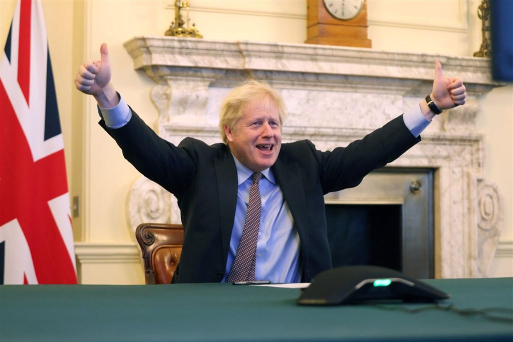 英國歷經1645天的脫歐大長征終於跑到終點。英國首相強生24日興奮高舉雙手比讚,慶祝達成他政治生涯中最大成就。(圖取自facebook.com/borisjohnson)