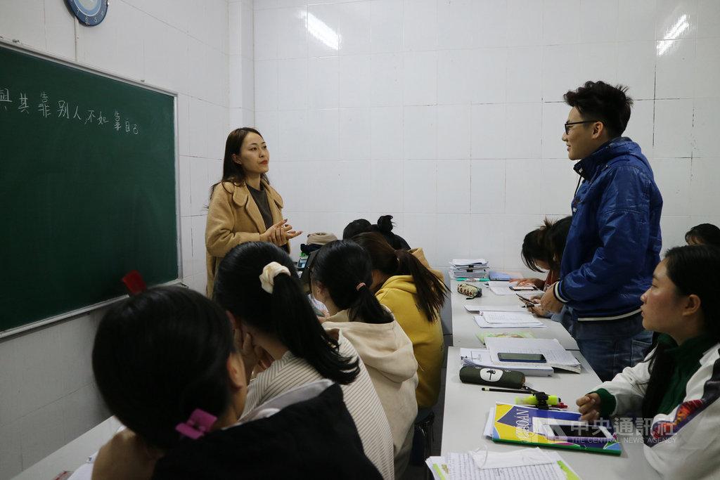 留台越生對台灣評價普遍不錯,2020年赴台的學位生人數跟2019年相近,未因疫情而明顯減少。圖為河內一家留學代辦公司的教室,擠滿了在赴台之前加強中文的越南學生。中央社記者陳家倫河內攝 109年12月27日